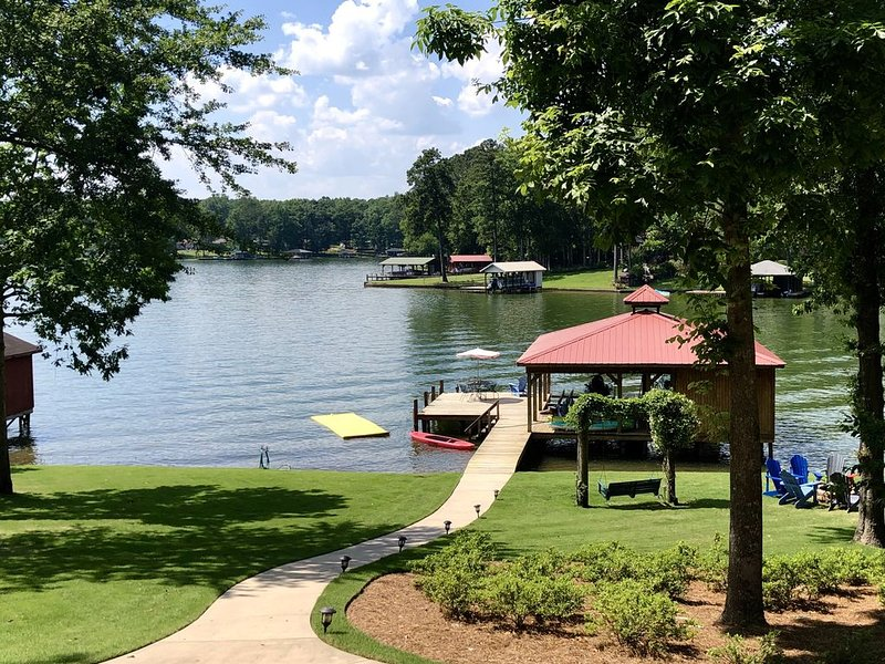 VRBO 'Exceptional' 4BR Home Lake Sinclair/Eatonton Sleeps 14 - SCREENED IN PORCH, vacation rental in Milledgeville
