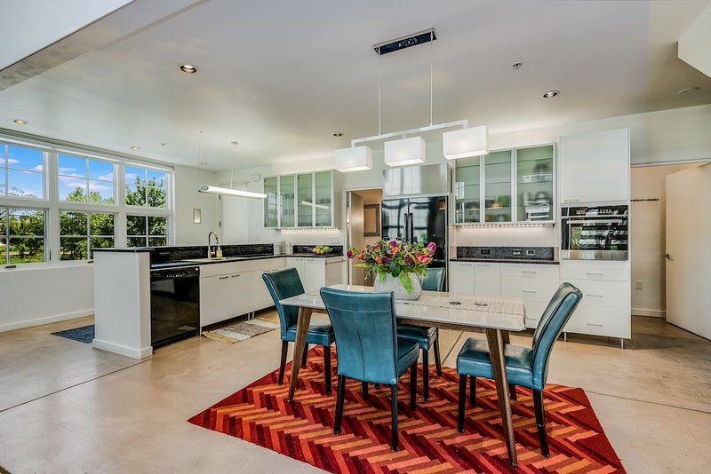 Downtown Light-filled Loft in the Heart of the Railyard, holiday rental in Agua Fria