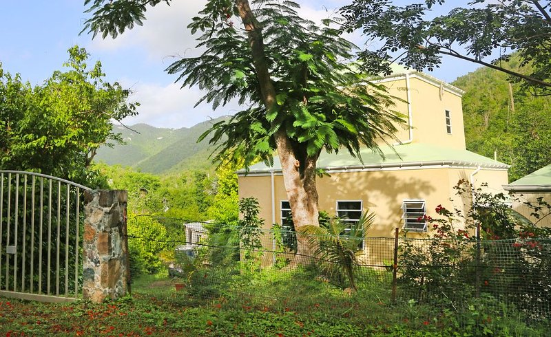 Peaceful Garden Cottage near Coral Bay, holiday rental in Maho Bay