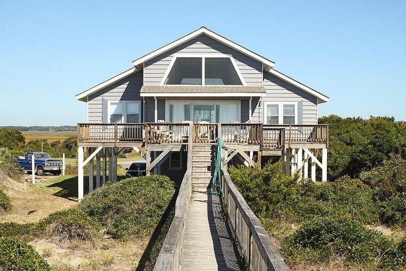 Lukes Hideaway: 4 BR / 2 BA home in Caswell Beach, Sleeps 9, location de vacances à Caswell Beach