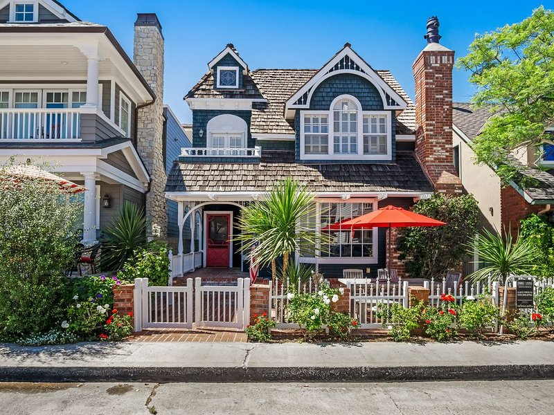 Stunning, dog-friendly beach home on Balboa Island w/ rooftop deck, alquiler de vacaciones en Balboa Island