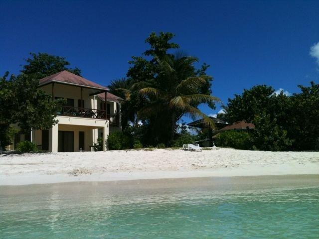 2 Bedroom Beachfront Apartment Ground Floor, Ferienwohnung in St. John's