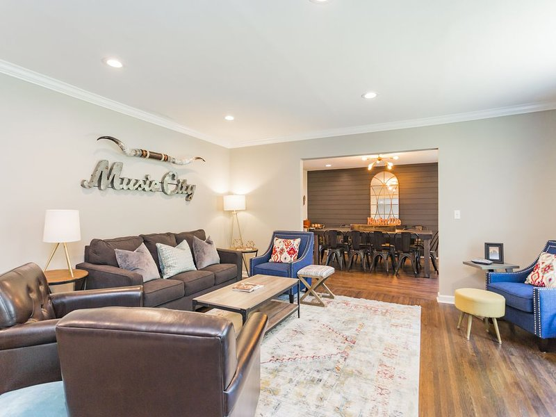 BOOT SCOOTIN' BUNGALOW! 4 BD/2BA- Hot Tub, 11 Beds, vacation rental in Nashville