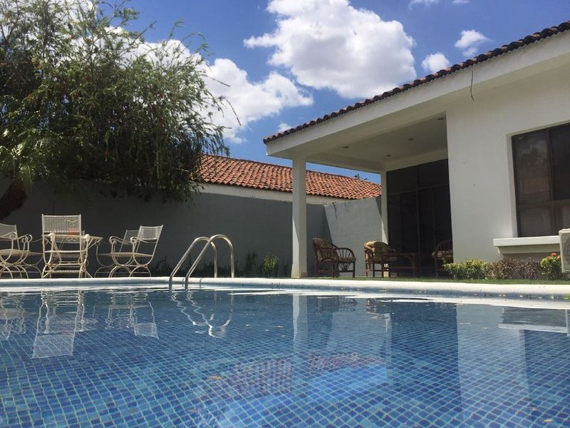 Summertime Villa, the pool is just for you!, alquiler de vacaciones en Managua