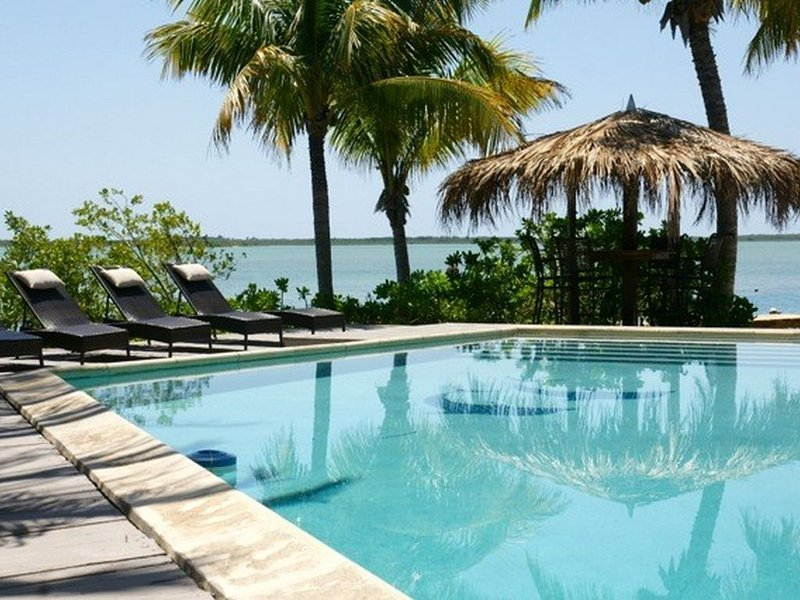 Amazing resort-style Key West oceanfront home with pool, private beach & dock, location de vacances à Sugarloaf