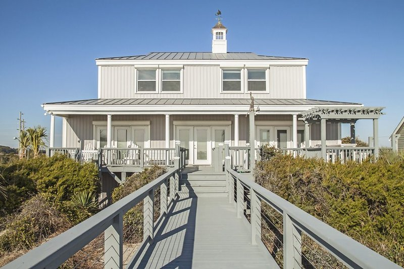 Fairwinds: Inviting Oceanfront Home Built to Entertain Both Indoors and Out, location de vacances à Caswell Beach