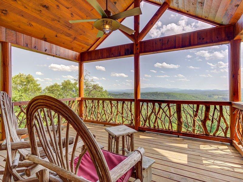 Elegant cabin w/ amazing views, hot tub, pool table & indoor/outdoor fireplaces!, alquiler de vacaciones en Mineral Bluff
