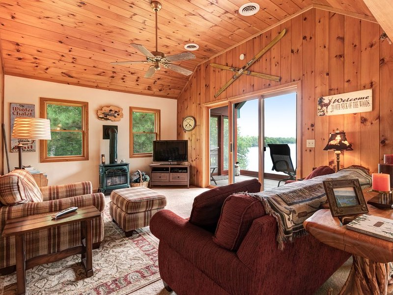 New listing! Peaceful cottage on Oxbow Lake w/ trail access, firepit & kayak!, location de vacances à Presque Isle