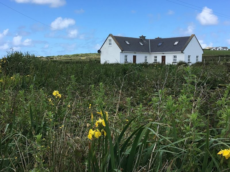 Escape to the West Coast of Ireland - cozy, comfortable cottage in Mayo!, alquiler vacacional en Belmullet