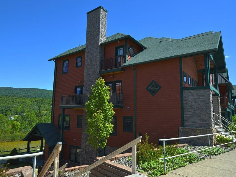 Ski ON/OFF 3 Bedroom Spacious Townhouse/newly renovated. 600 ft to lift, casa vacanza a Haines Falls