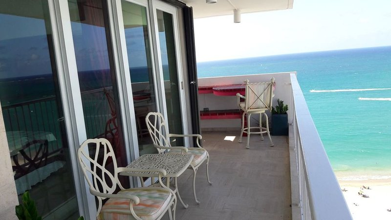 Beach Front Paradise 180 degrees of ocean view, holiday rental in Isla Verde