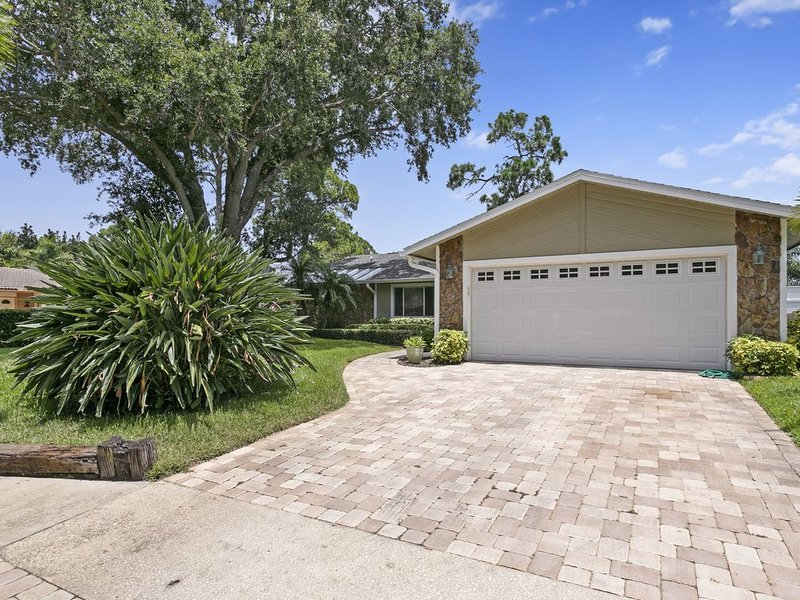Beautiful Coastal-style Oasis! Heated POOL. 5min to BEACH! 8 Guests., holiday rental in Seminole