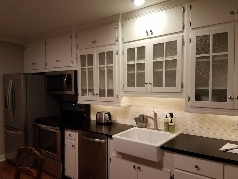 6 Blocks from Downtown Main Street- Great for Families & Girls Weekend, vacation rental in Fredericksburg