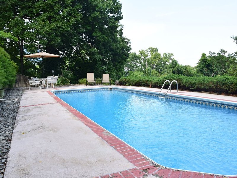 NEW!! Tryon Villa, sleeps 21, Prvt Pool, 14mi. to TIEC, WIFI Cable, mtn views, vacation rental in Tryon