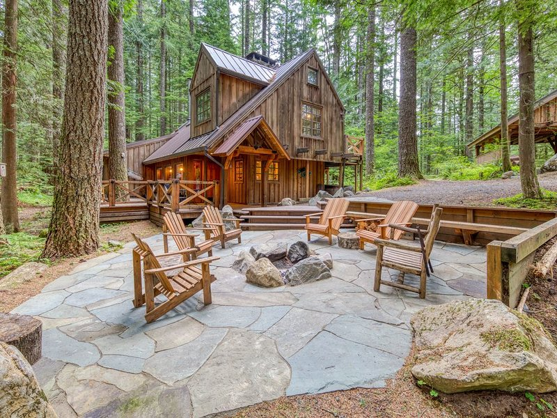 New listing! Forest setting Mt. Hood lodge w/ firepit & private hot tub!, holiday rental in Rhododendron
