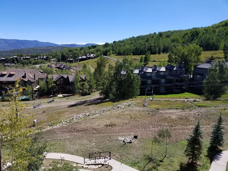 Ski-in, Ski-out Assay Hill Condo in Prime Location with Ski slope views!, location de vacances à Snowmass Village