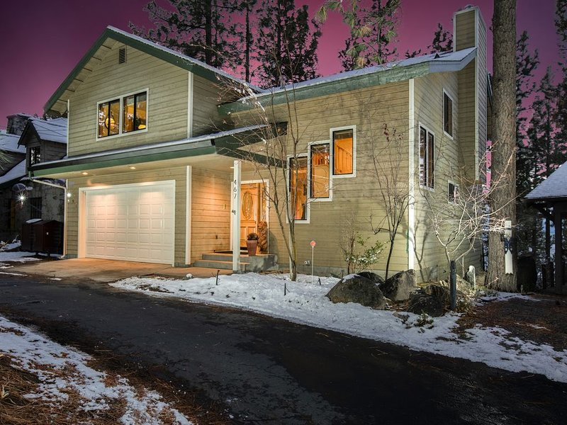TAHOE LUXURY HOME! PRIVATE BEACH! Exclusive Gated Community, Lake Views, Hot Tub – semesterbostad i Zephyr Cove