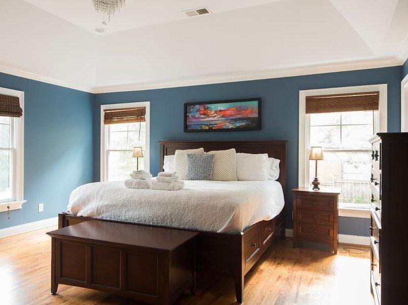 Large, Bright 4 BR Home in Southend, location de vacances à Charlotte