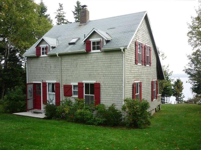Oceanfront Cottage on Bluehill Bay, location de vacances à Brooklin
