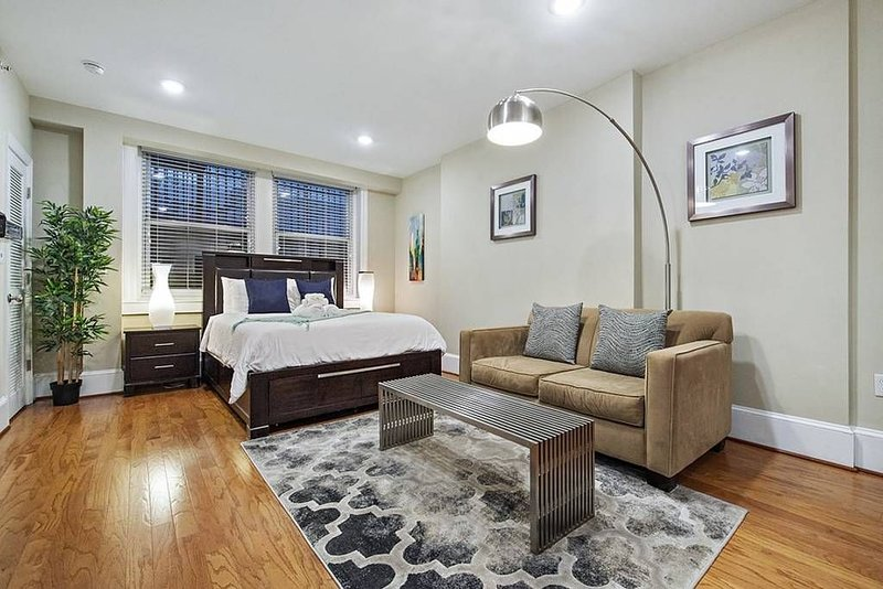 RITTENHOUSE SQUARE STUDIO, HISTORIC APT IN CENTER CITY, holiday rental in Philadelphia