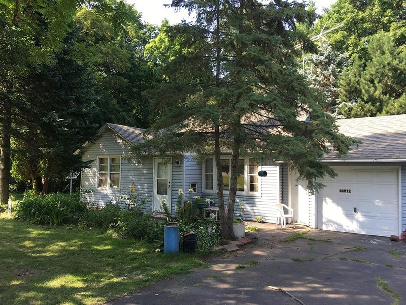 Wooded back yard with porch, holiday rental in Isle
