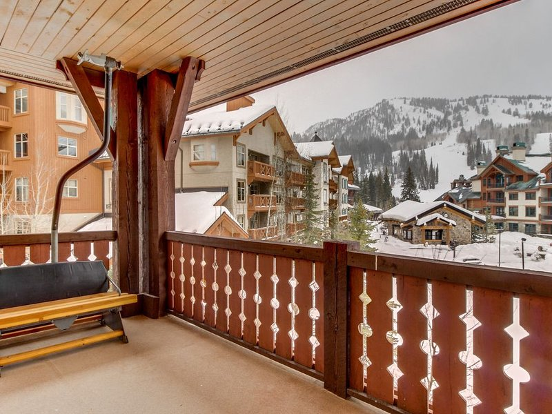 Ski-in/out condo w/shared pool, hot tub & more - awesome views!, holiday rental in Solitude