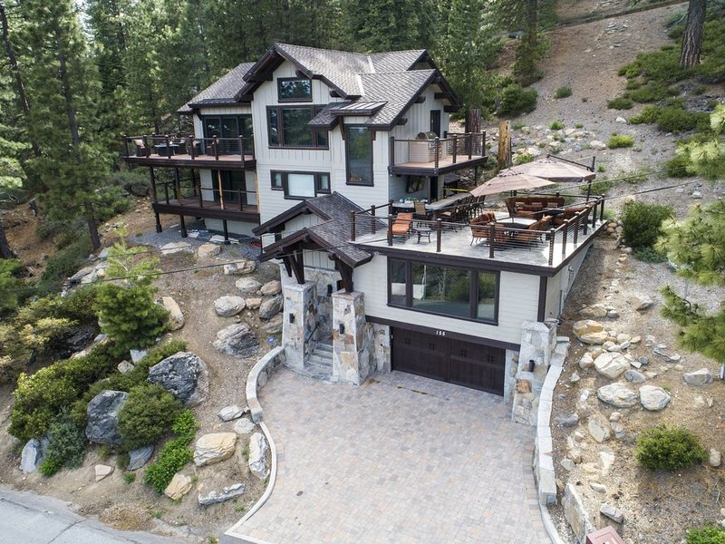 LAKE TAHOE LUXURY CRYSTAL BAY WITH PANORAMIC LAKE VIEWS!, alquiler de vacaciones en Brockway
