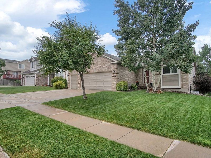 Beautifully Updated Home with Views and a Hot Tub (Garage excluded), holiday rental in Cimarron Hills