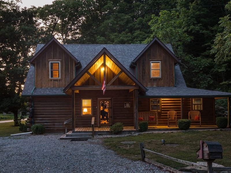 Cozy Bear Cabin *Modern Decor*Newly Updated! *Hot Tub* 5 min to Nashville, alquiler de vacaciones en Nashville