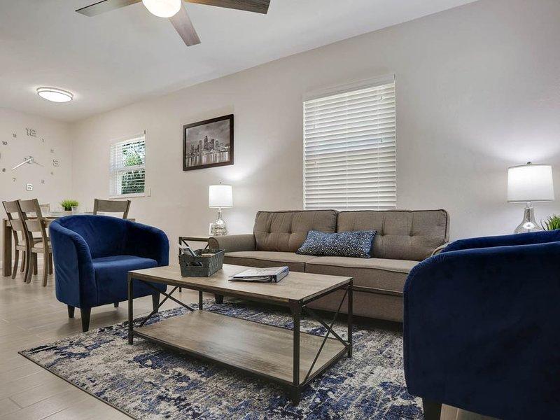 Salon confortable avec concept ouvert sur la salle à manger.