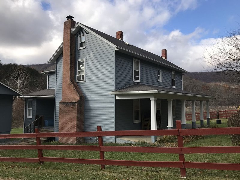 The Farmhouse: Come experience a quiet, country retreat in the mountains of PA, vacation rental in Cresaptown