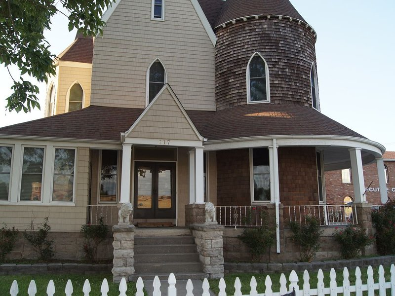 Historic 130 Year Old  near downtown Sedalia - great for families or groups, holiday rental in Windsor