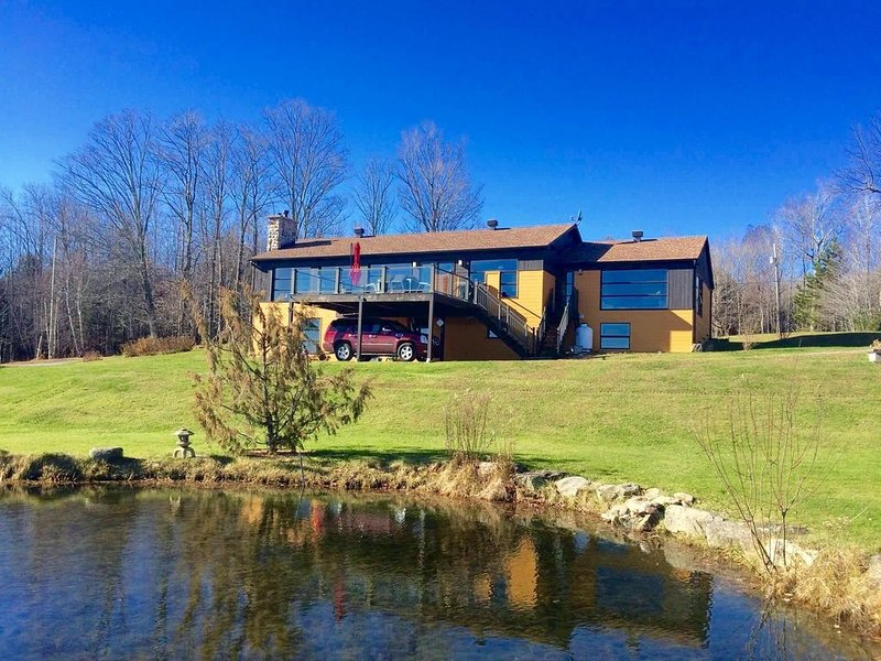 Spacieux & lumineux chalet, piscine & sauna, nature., holiday rental in Bolton-Est