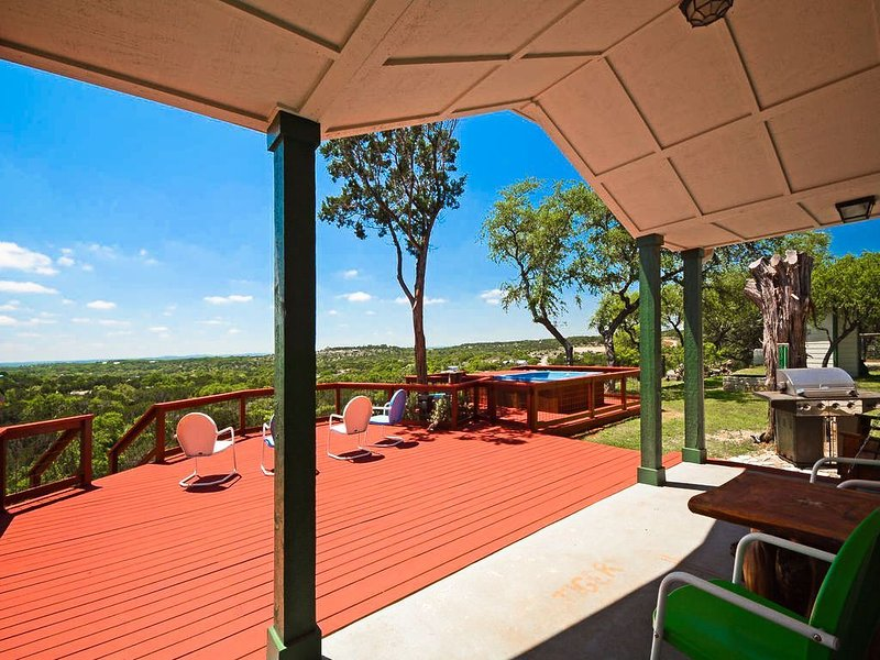 Tawnya's Secret Hideaway Enjoying an Incredible 20 mile Hill Country View!, vacation rental in Dripping Springs