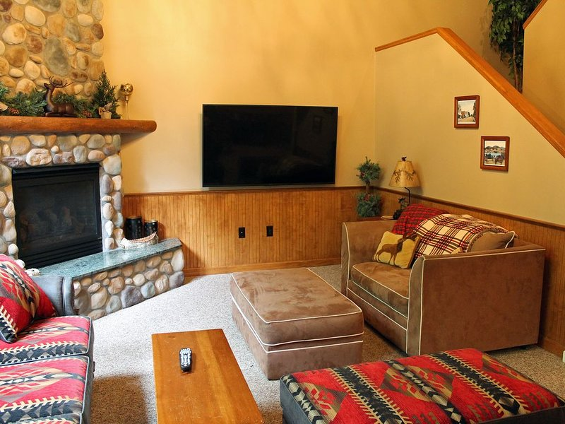 Beautiful decor-fireplace-5 min. to Main & Mirror Lake-Pet Friendly, alquiler de vacaciones en Lake Placid