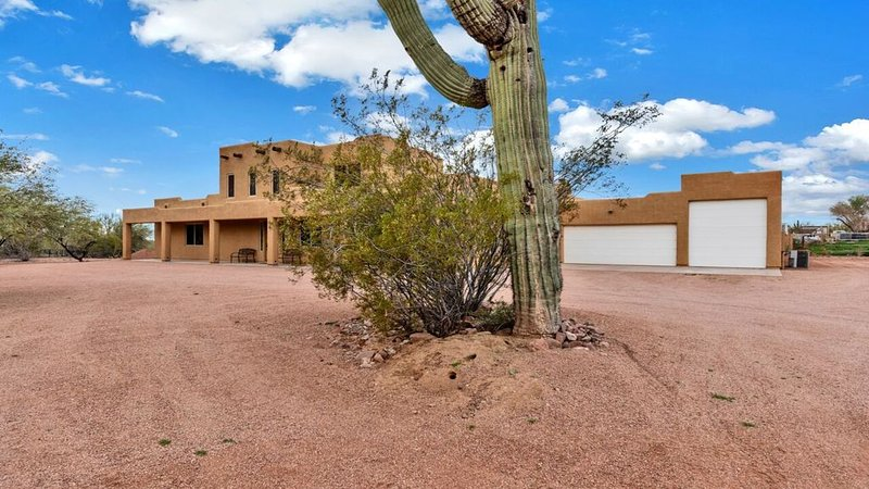 Sante Fe style home - 4 bedrooms, 4.5 baths, at foot of Superstition Mtns, casa vacanza a Apache Junction