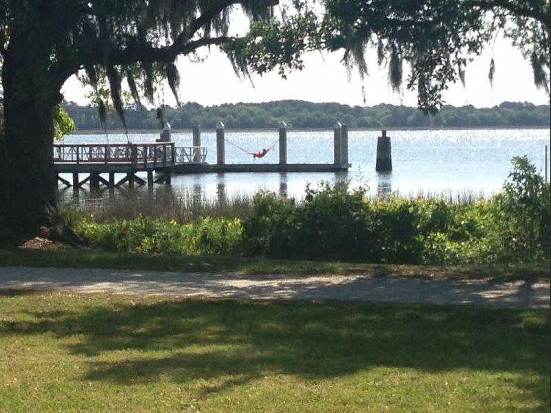 Spacious Daniel Island Apartment, alquiler de vacaciones en Charleston