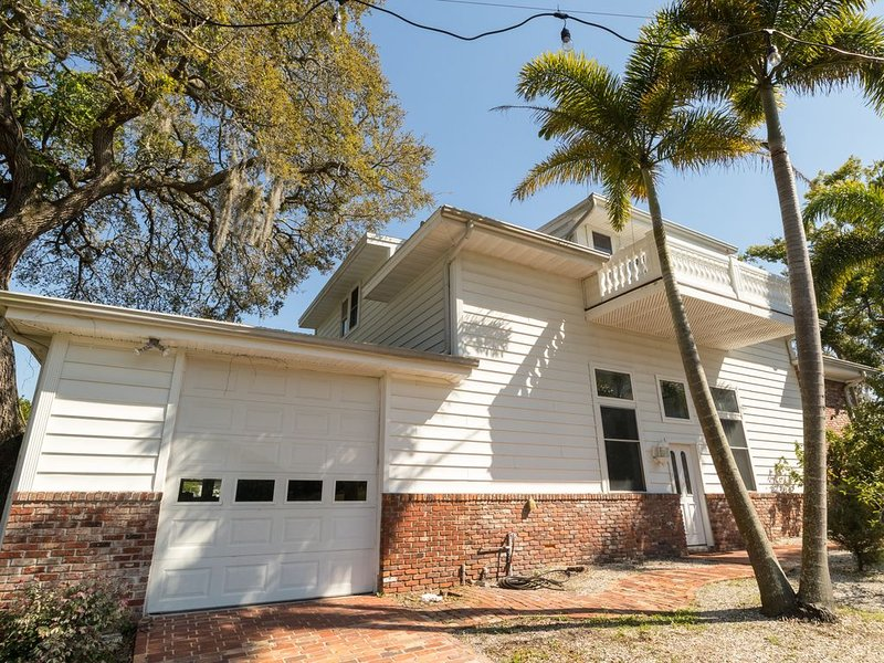 Welcome to House of 100 Palms in Tarpon Springs, Detached guest house., holiday rental in Tarpon Springs