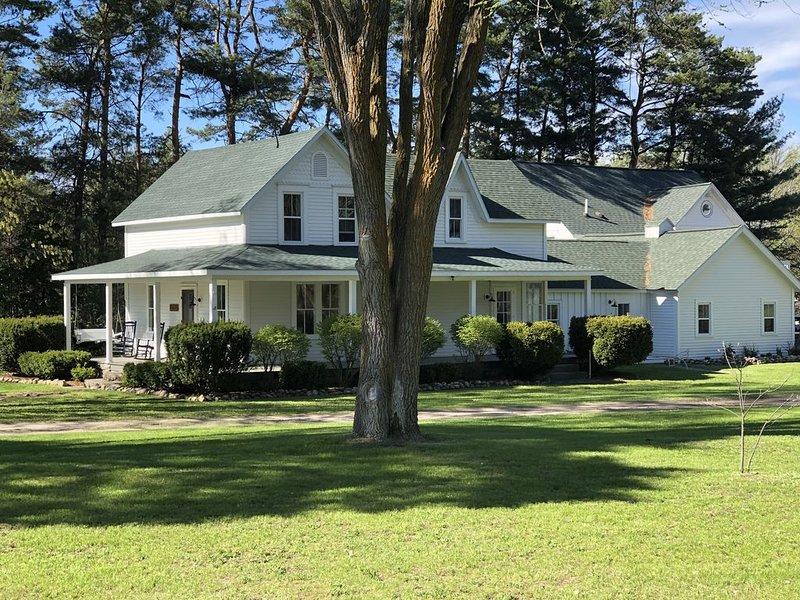 Countryside Farmhouse in Elk Rapids-5 bedrooms-4.5 bath Sleeps 10, holiday rental in Kewadin