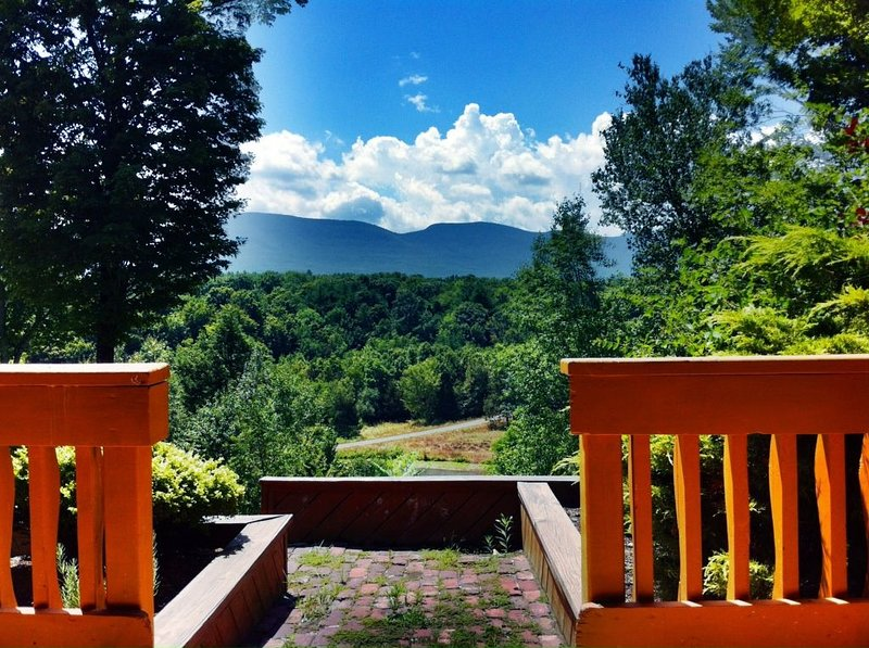 Chalet with a Pond and Pool with  Spectacular views of the Catskill Mountains, casa vacanza a Westerlo