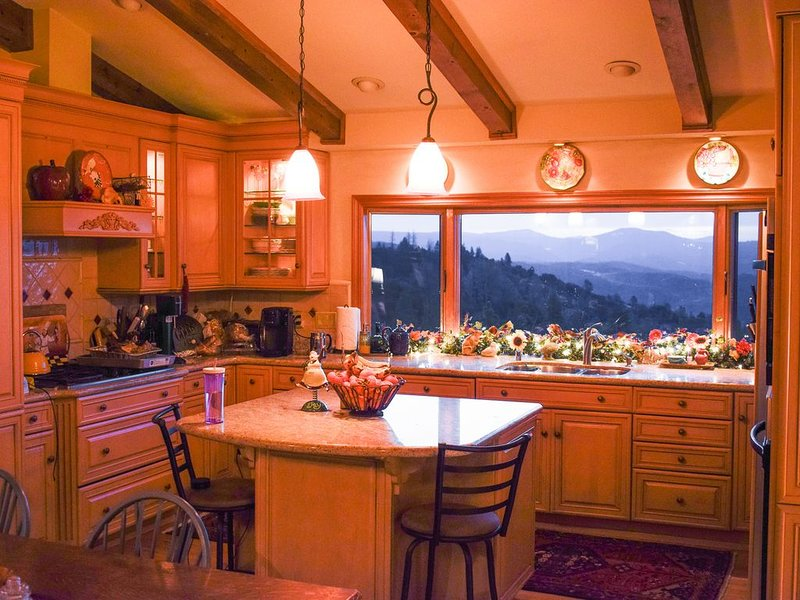 New Listing, Lvly private home with incredible canyon views Sierra wine country, holiday rental in Murphys