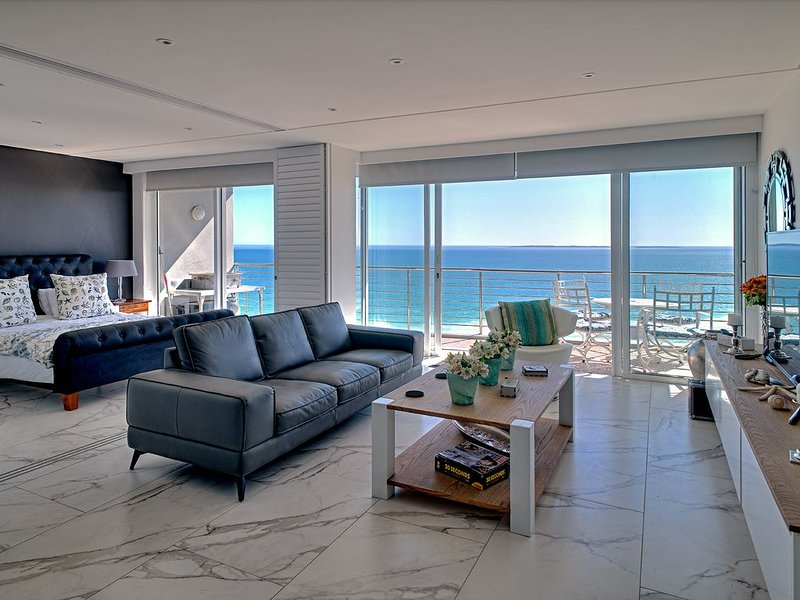 Island View Beachfront Selfcatering Apartment, holiday rental in Bloubergstrand