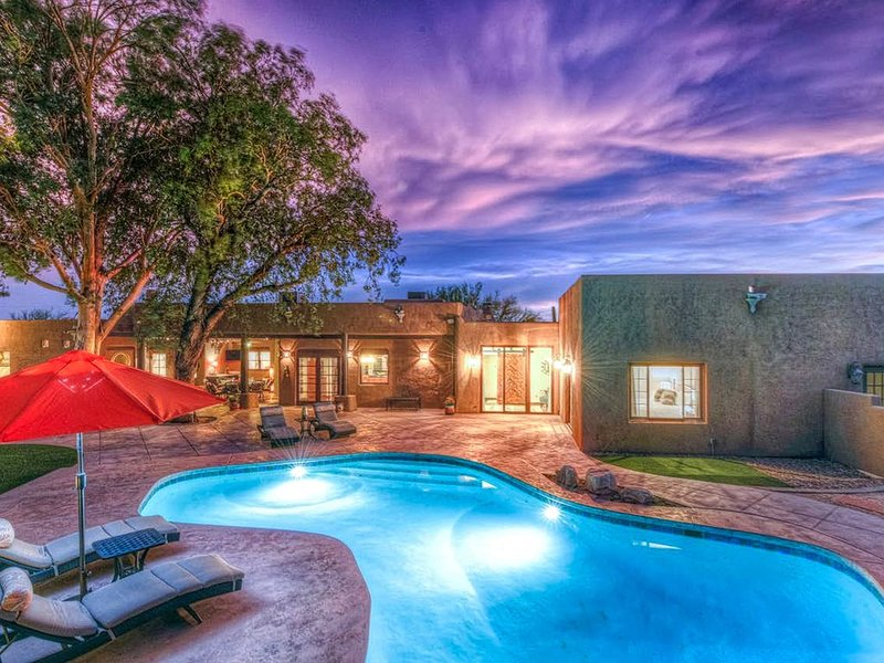 An oasis in the Catalina Foothills on 2.1 acres w/ private pool & putting green!, alquiler de vacaciones en Casas Adobes