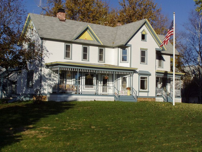 Enjoy an Historic Country Farmhouse just 30 minutes from Wisconsin Dells!, holiday rental in Spring Green