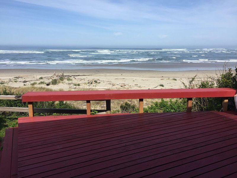 Watch beautiful sunsets right from the deck or while relaxing inside., vacation rental in Waldport