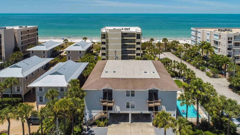 BRIGHT 'Beachy' 2 Bedroom/2 Bathroom 2nd Floor Condo with Gulf Of Mexico View, vacation rental in Indian Rocks Beach