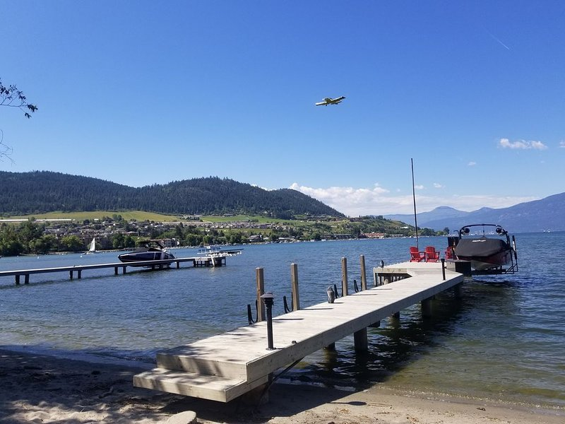 Lakefront House on Okanagan: Sandy Beach,  Dock, 2xPatios, 4 Bed/3 Bath, A/C, vakantiewoning in Vernon