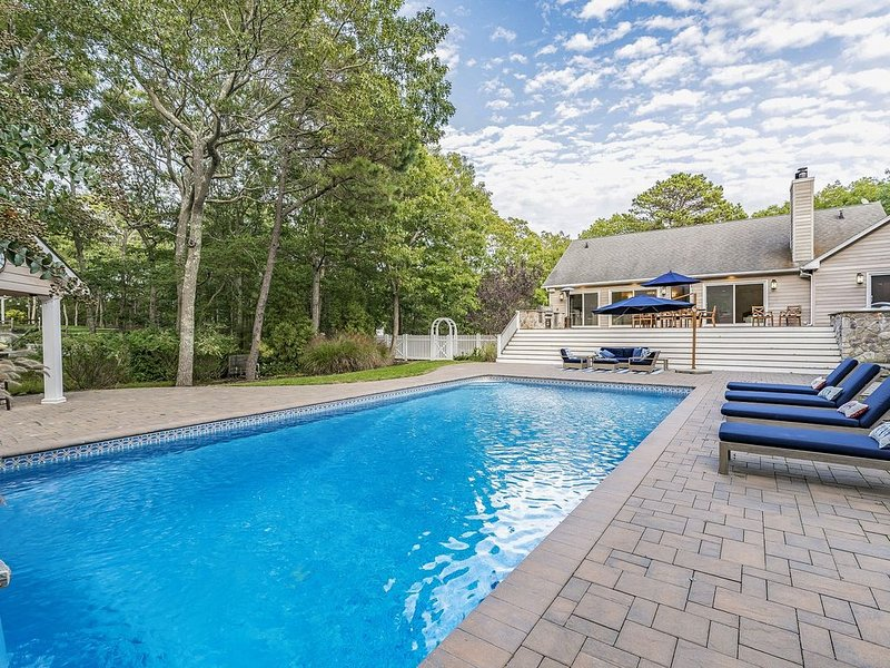 Secluded Hamptons Getaway with Pool, Hot Tub, Cabana Bar & Firepit, vacation rental in Hampton Bays