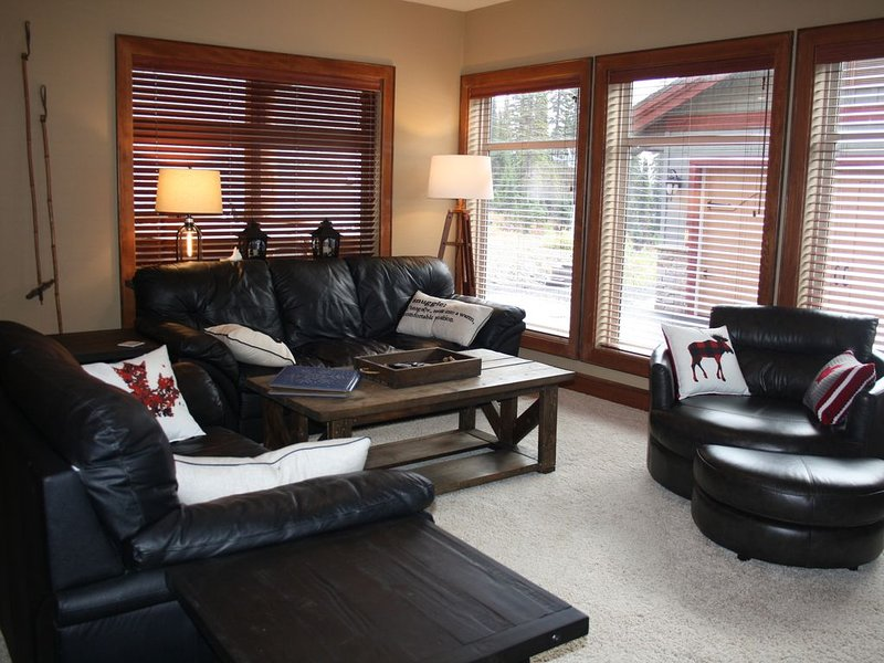 I Spy-2 Bdrm w/hottub & ski run out the front door, vacation rental in Big White