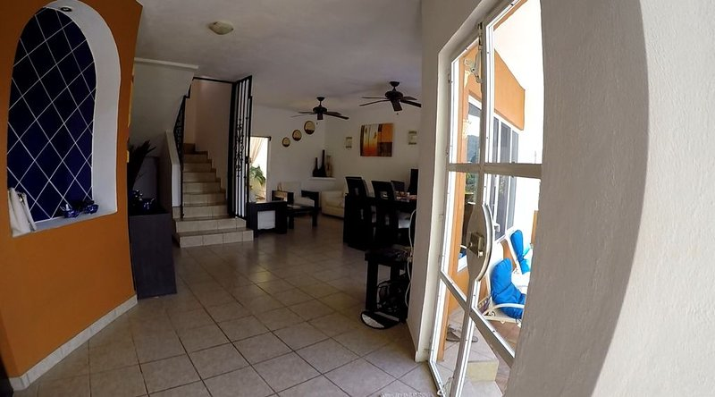 Luxury 3 Bed 3 Bath home with pool 5 min walk to beach., location de vacances à Los Ayala